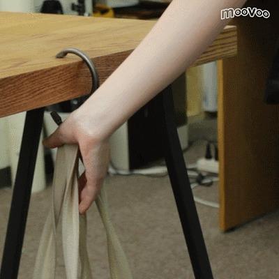 机、壁際、手すり……どこにでもカバンをかけられるバッグハンガー『クリッパ』