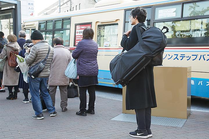 バス亭で並んでいる様子