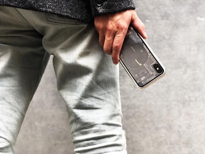 心くすぐる背面デザイン・・たまらん。  iPhone X内部構造が透けているように見えるデザイン。尖ってるねー