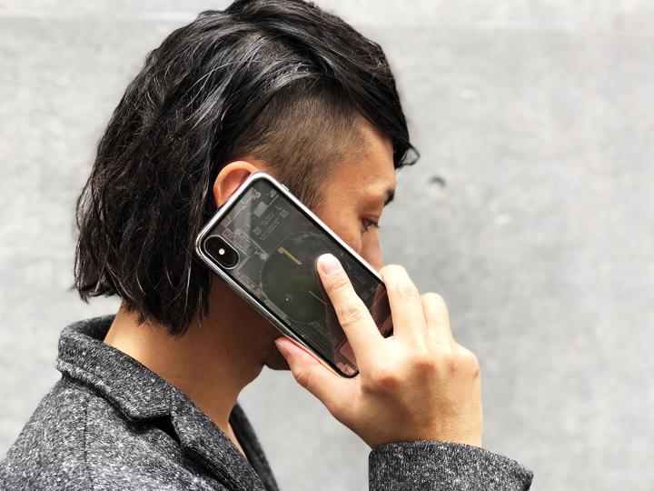 """製品名にもある""""Transparent(トランスパレント)=透けている""""という単語そのままのスケルトンデザインが施された背面フィルム。  この背面フィルムは忠実にiPhone X内部を再現したものではなく、一部デフォルメしているデザインとのこと。  それにしてもリアリティがあって、美しささえ感じる。"""