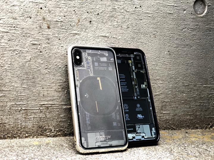 iPhone Xの壁紙 もスケルトンでコーディネートするとこんな感じ。 ※壁紙はここからダウンロード。(リンク先:iFixitサイト)  いかがでしょう。  一線を画すこの感じ・・たまらん。  筆者がはじめて見た時、え?って理解できず3度見くらいしてしまったほどリアル。