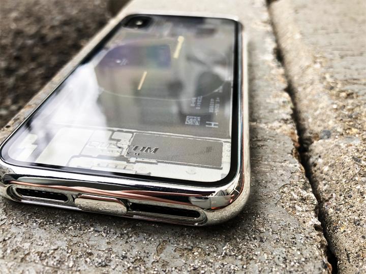 ケース背面には最高硬度9Hの強化ガラスで傷にはめっぽう強く、側面は柔らかいTPUを採用して衝撃からiPhoneを守ってくれる。