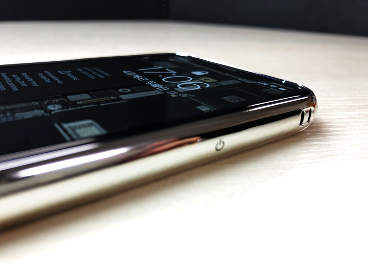 さらに、前面ディスプレイ側に貼る最高硬度9Hの強化ガラスフィルムも付属。なにげに強化ガラスフィルムだけでも結構な値段がすることを考えると、付属しているのはうれしい。  しかも、縁まで覆うフルカバータイプの強化ガラスフィルム。透明度も高く、美しいiPhone Xの有機ELディスプレイを損なうことはない。  ラウンドエッジ加工といって、ガラスの端に丸みを帯びさせていることによって、指がひっかかることを無くす工夫がされている。 iPhone Xを使っていれば分かるが、ディスプレイ下から上のスワイプ操作が多くなる。だからこそ、ガラスに指がひっかかるとストレスになるが、これなら問題ないだろう。