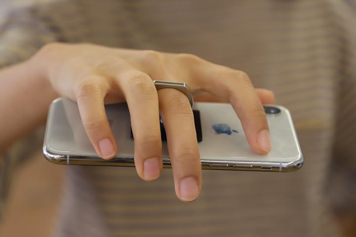 中指に通し、iphoneを持つ