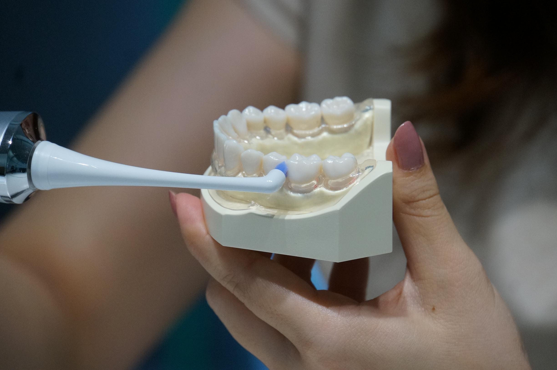 歯間ブラシを用いる様子