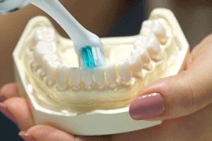 前歯の裏側を磨く様子