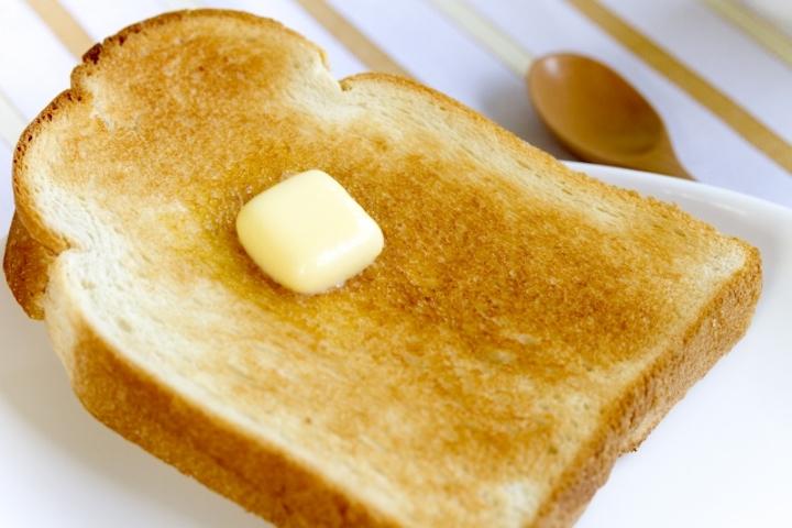 オーブントースターで焼けたトーストとバター