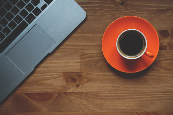 カフェ気分を演出するコーヒーとパソコン