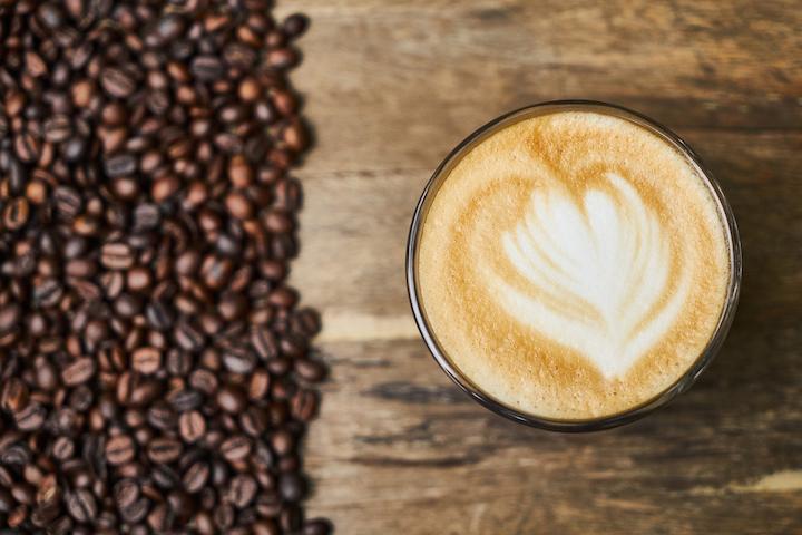 ミルで挽いて作られたコーヒーとコーヒー豆