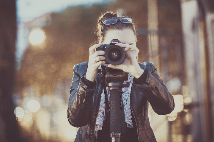 デジタル一眼レフで撮影する女性