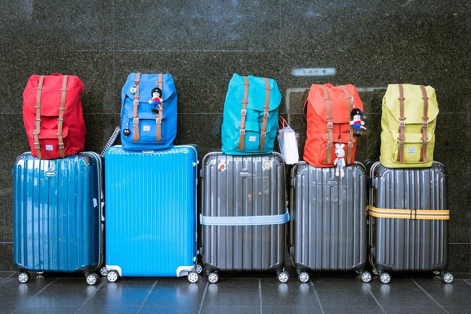 スーツケースと旅行バッグが並んでいる