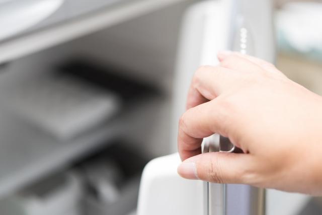 冷蔵庫 扉を開ける写真