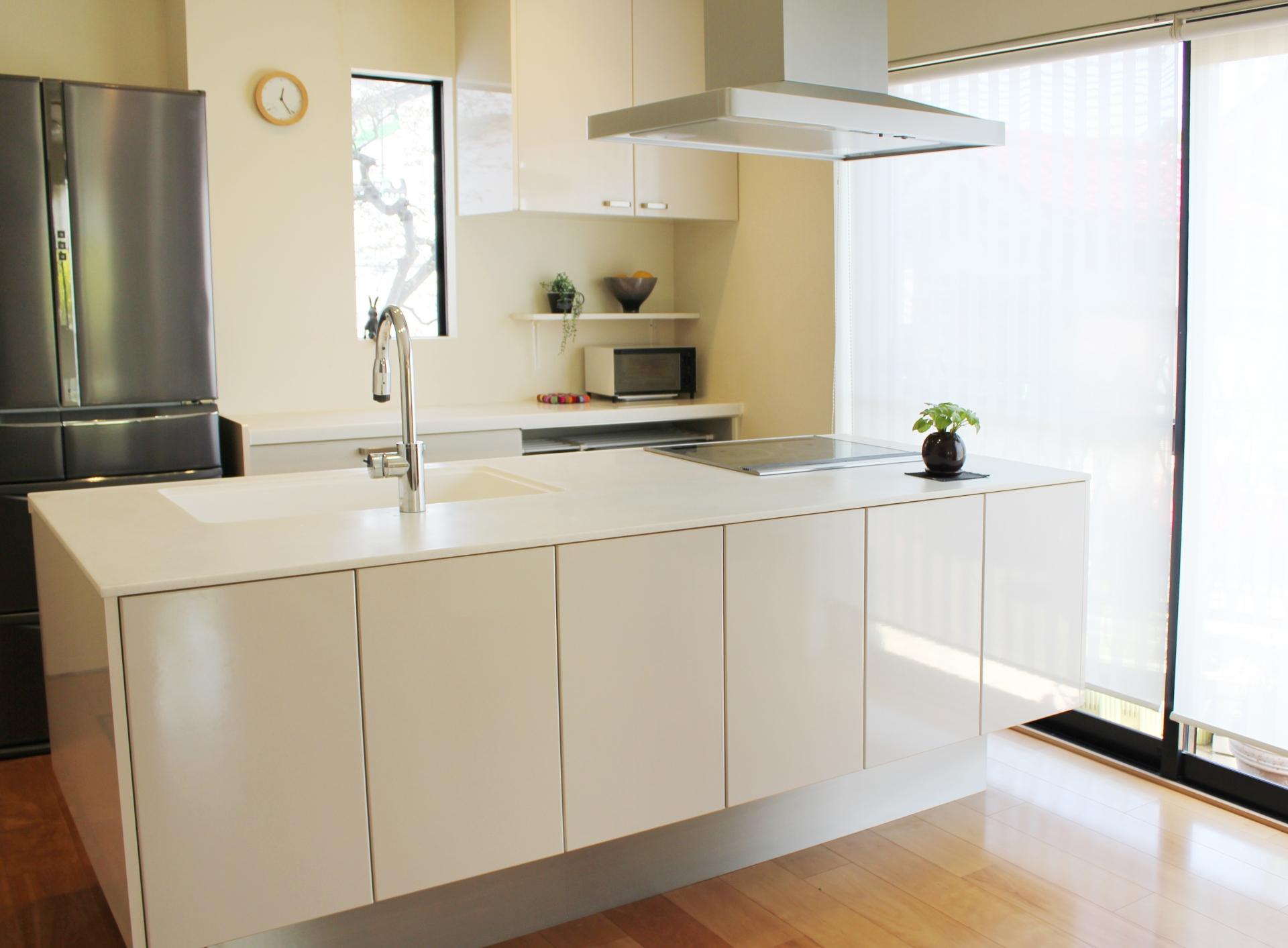 冷蔵庫があるキッチン風景の写真