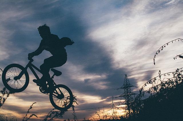 ミニベロでジャンプしているシルエット