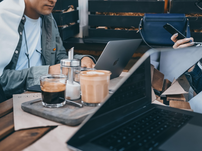 モバイルルーターを使ってカフェで共同作業