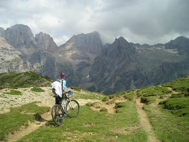 山とマウンテンバイクの写真