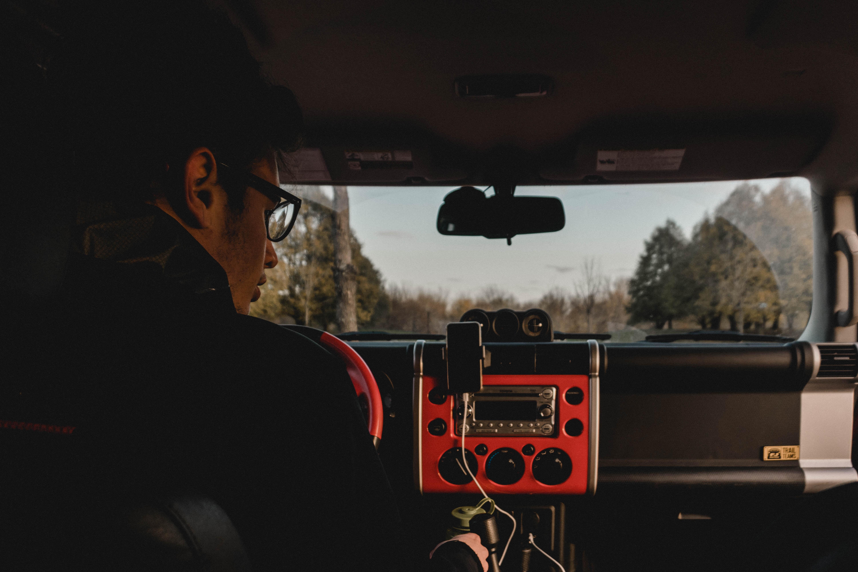 車内で音楽を聴きながら運転する写真
