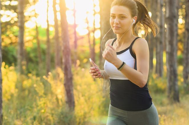mp3プレーヤーを聴きながらジョギングしている写真