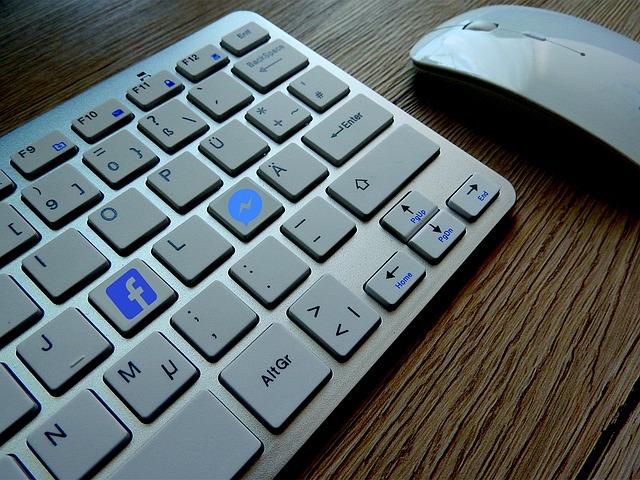 ワイヤレスキーボードとマウスの写真