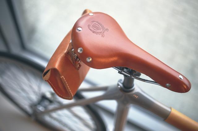 バッグを取り付けたロードバイクサドルの写真