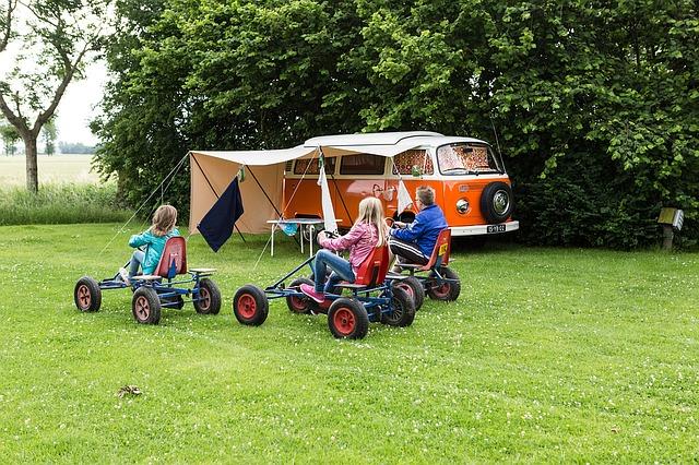タープと車と子どもたちの写真