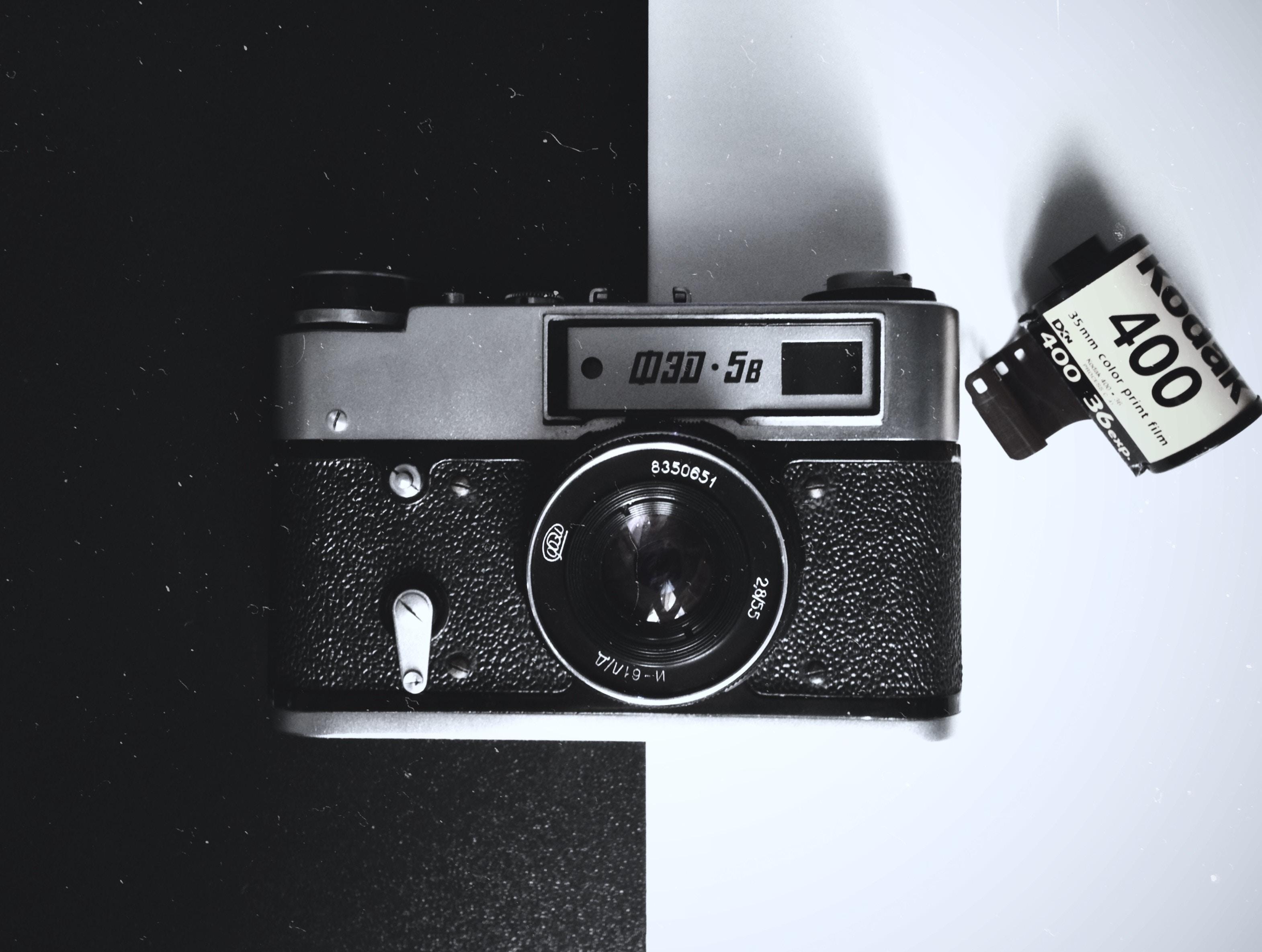 フィルムカメラとフィルムの写真