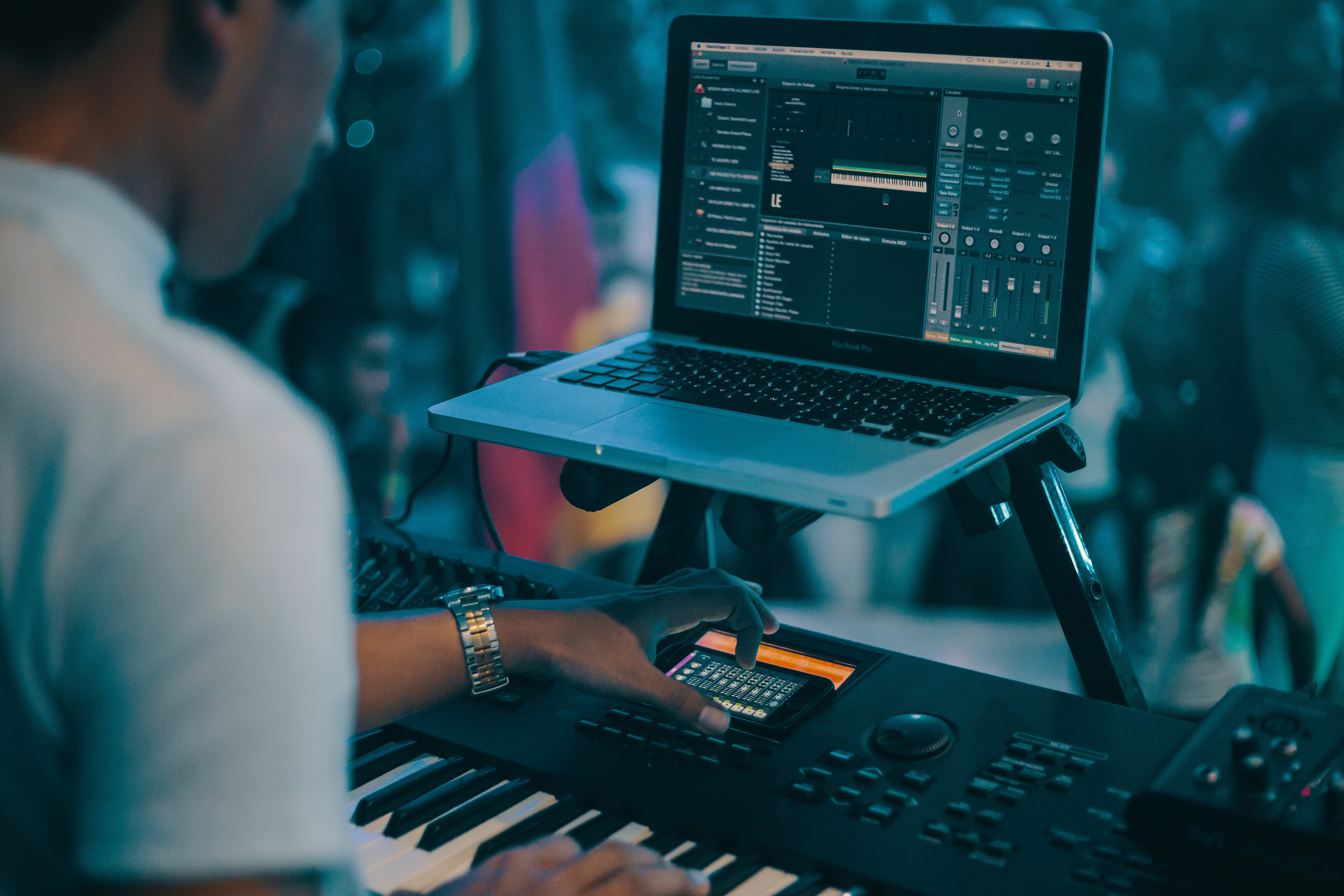 midiキーボードでDTM作業をする男性の写真