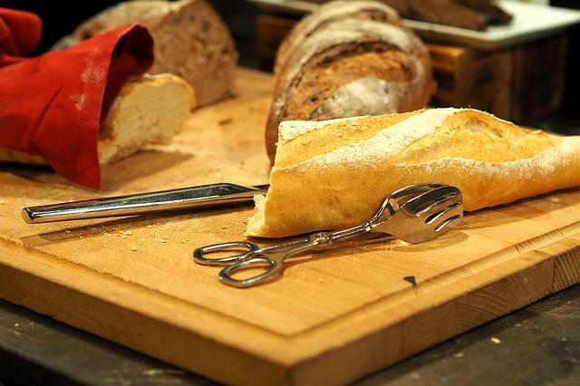 まな板 パンの写真