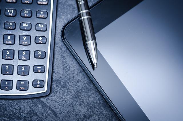 ビジネス用電卓とペンの写真