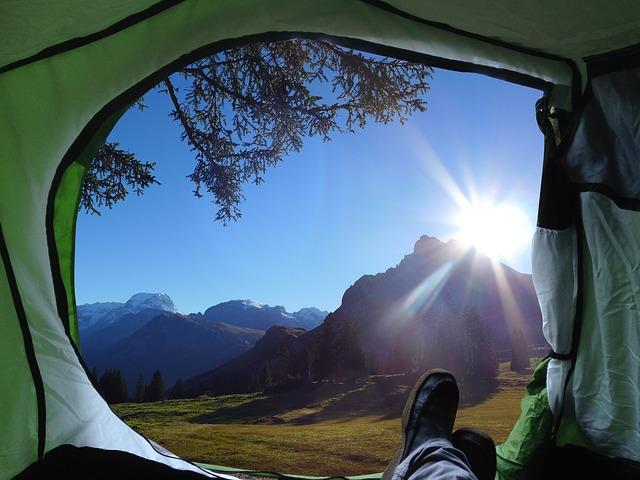 テントの中でくつろいでいる人の写真