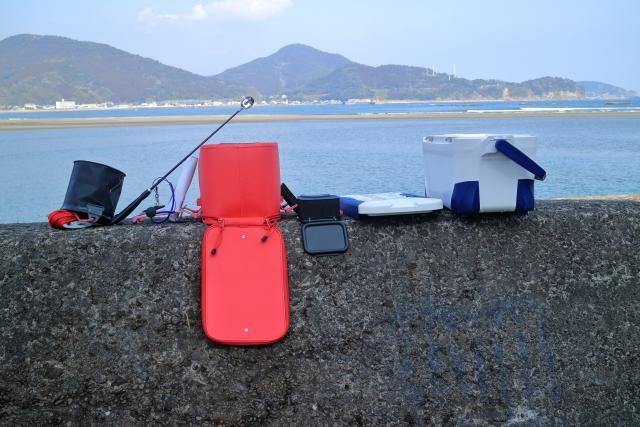 クーラーボックスや釣具セットの写真