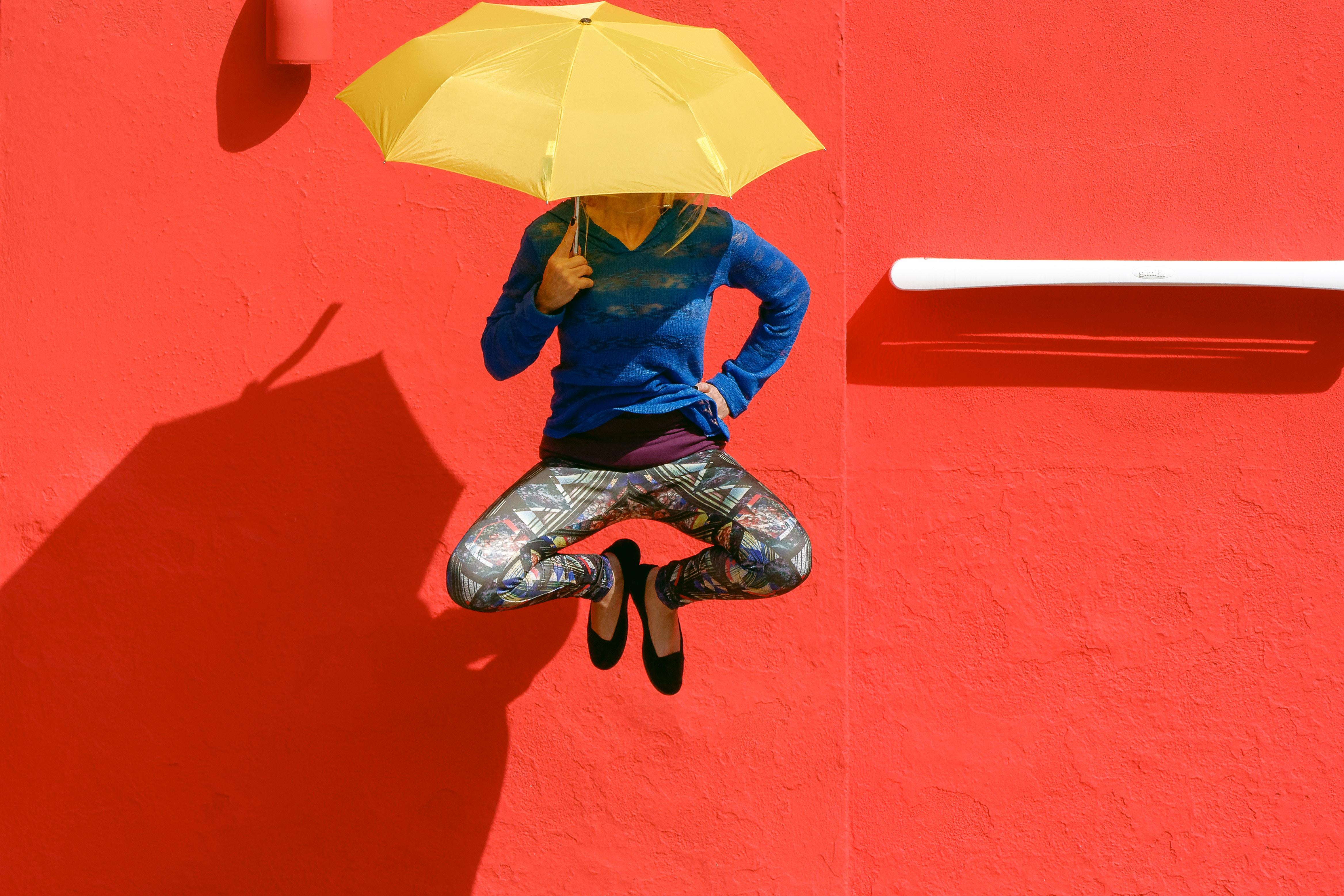 折り畳み傘でジャンプの写真