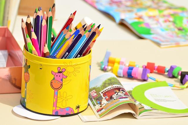 色鉛筆が入ったペン立て