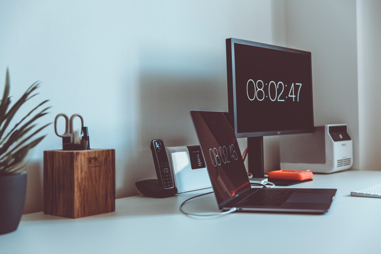 机の上のノートPCとモニター