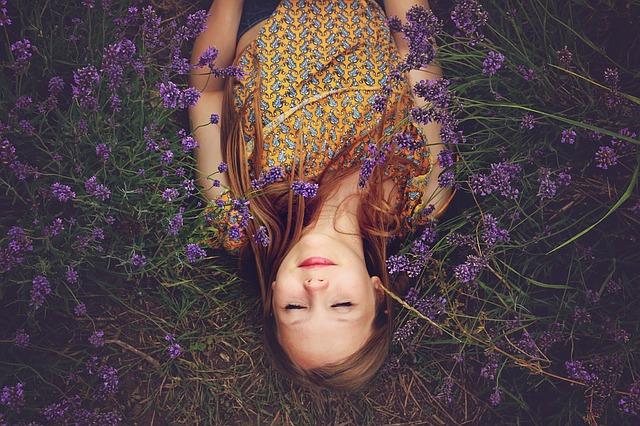 ラベンダー畑に寝る少女の画像