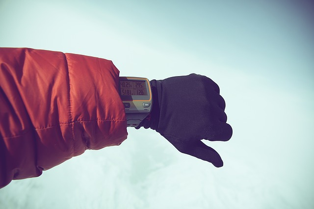 ダウンジャケットを着ている人の手の写真