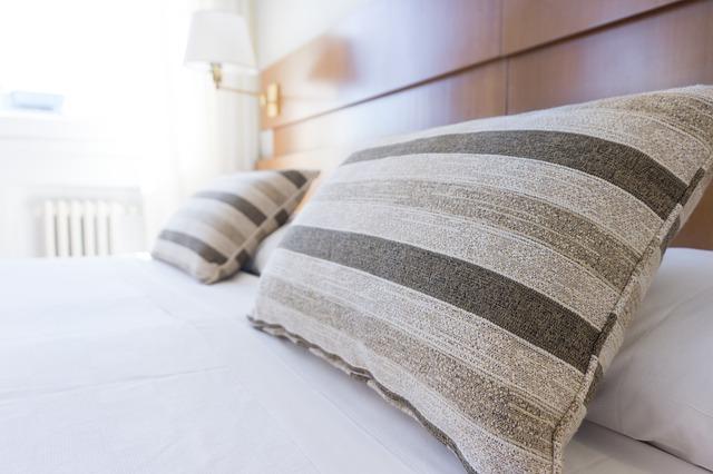 枕とベットの写真