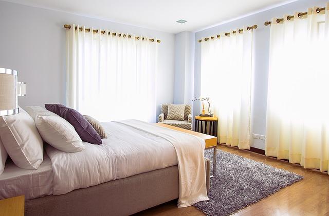 日差しの入った寝室の写真