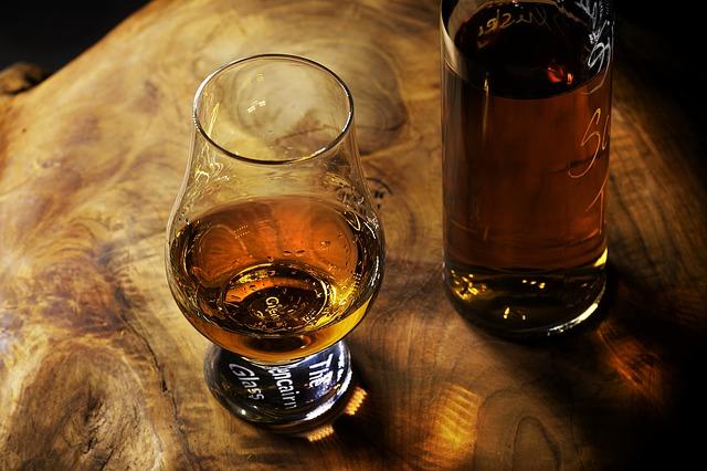バーボンのビンとグラス