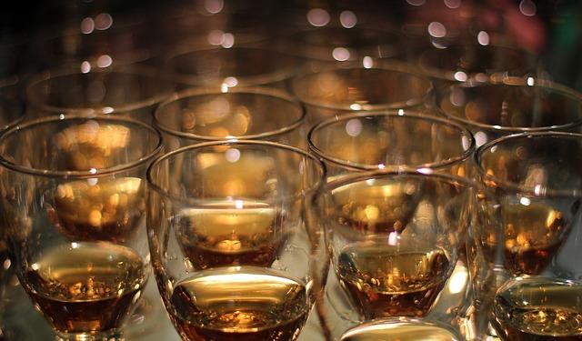 バーボンが入ったグラス複数