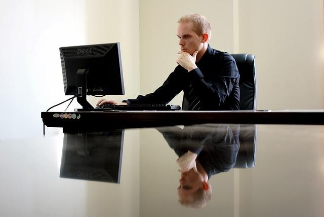 オフィスで仕事をする男性
