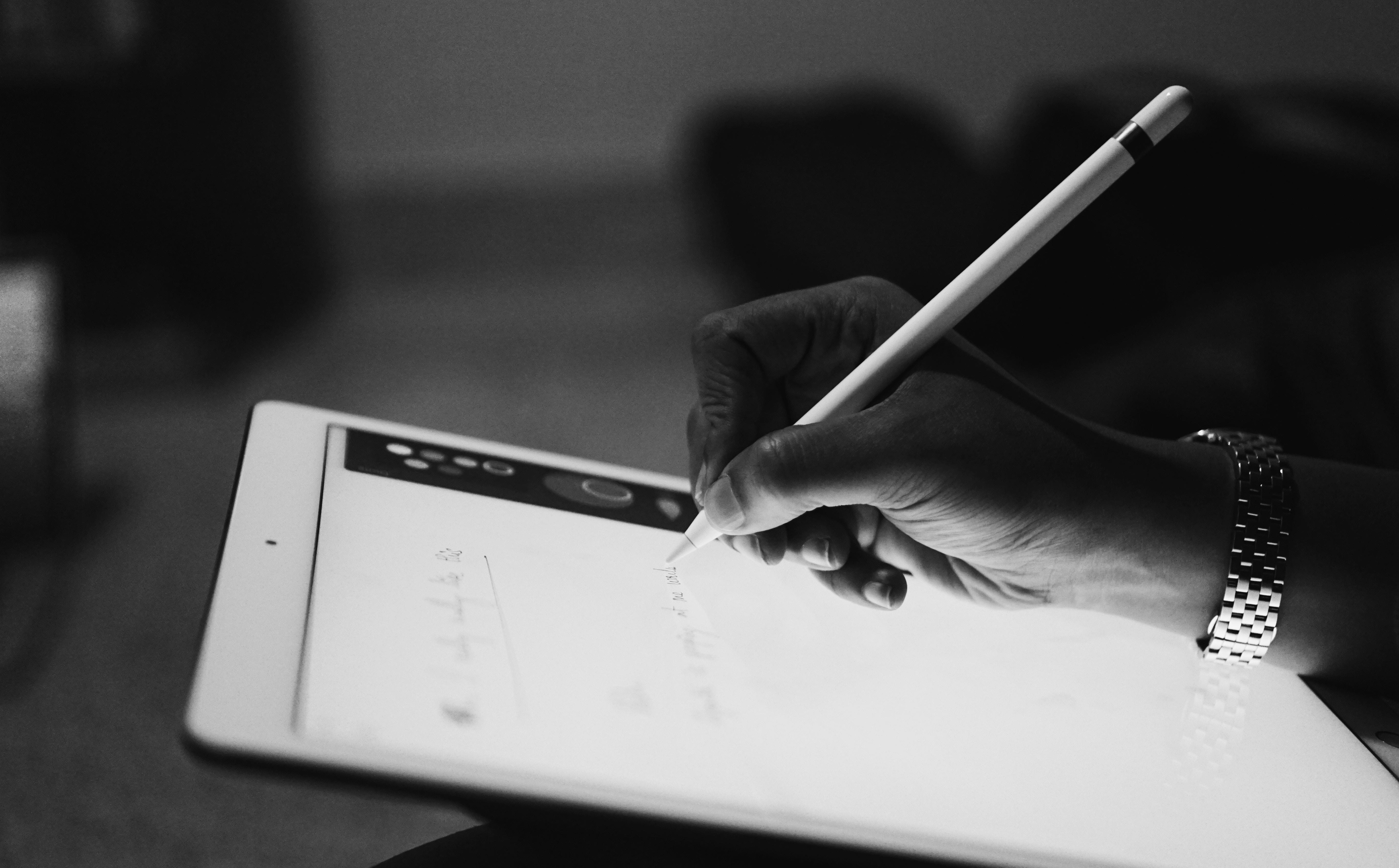 タブレットをペンで操作する