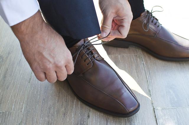 靴紐を結んでいる