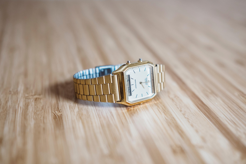 卓上にあるカシオの腕時計