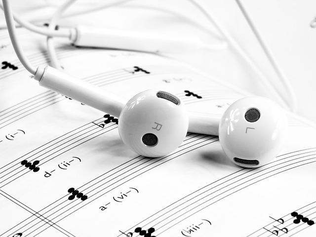 楽譜と白いイヤホン
