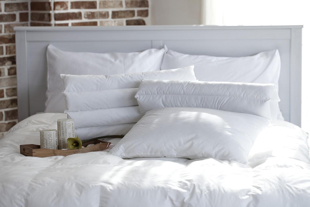 清潔感のある白い布団の画像