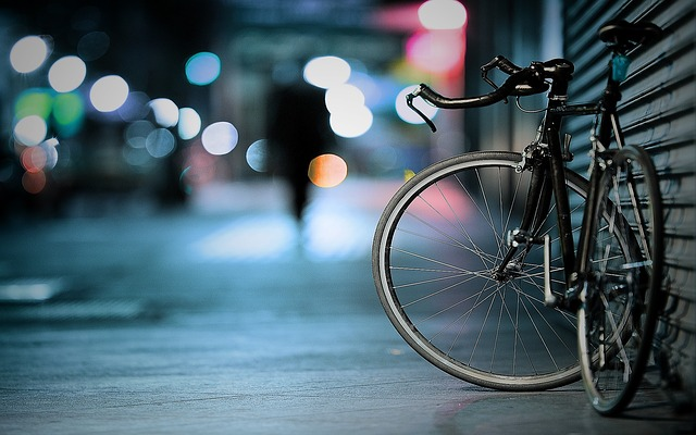街頭に立てかけた自転車