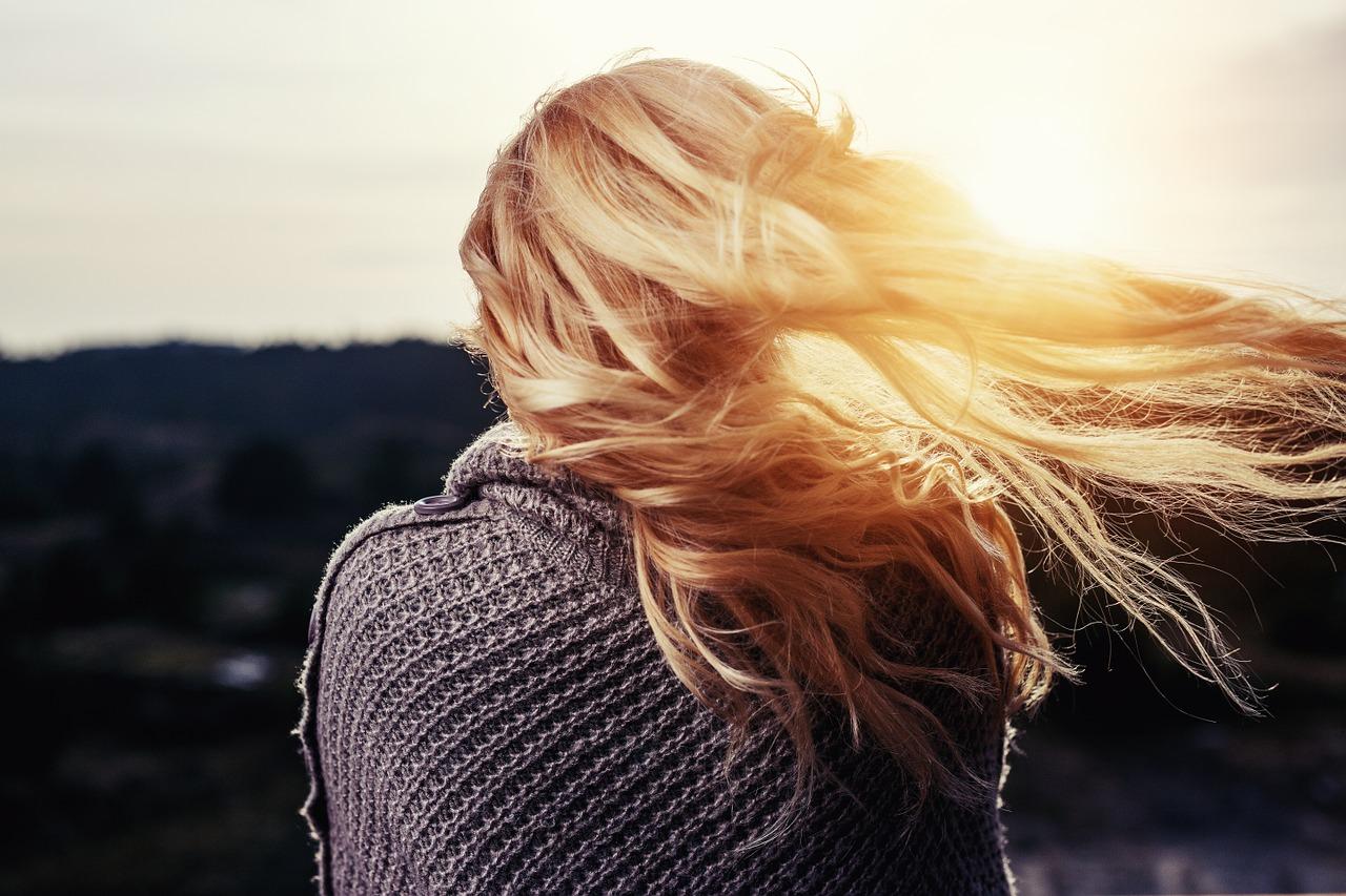 金髪女性の後ろ姿の写真