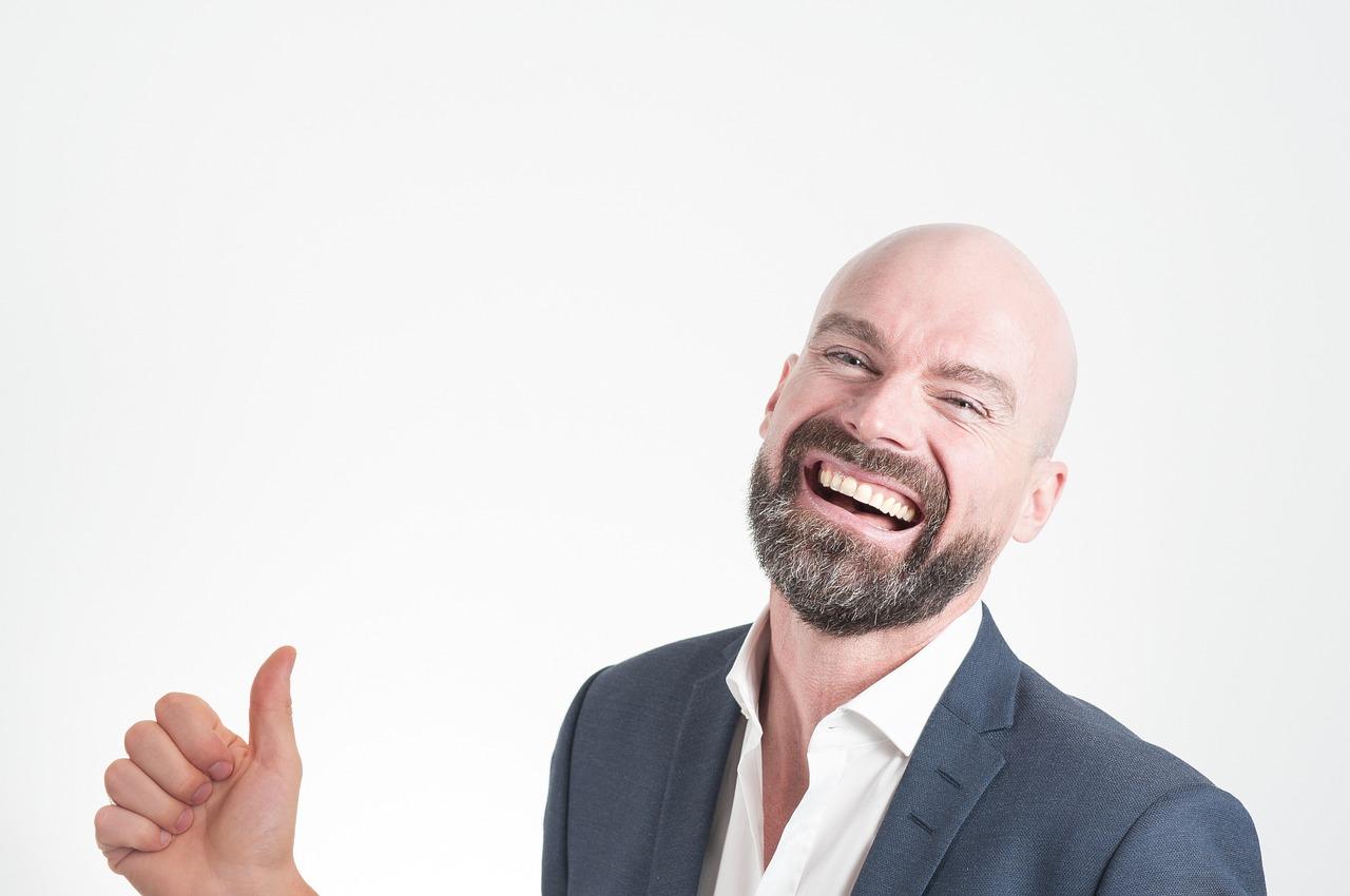 スーツを着た笑顔の男性の画像