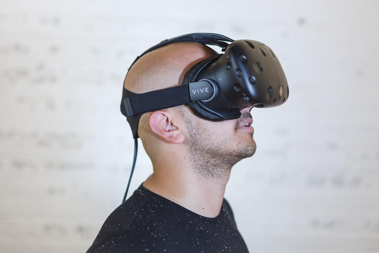 VRを楽しむ男性の写真